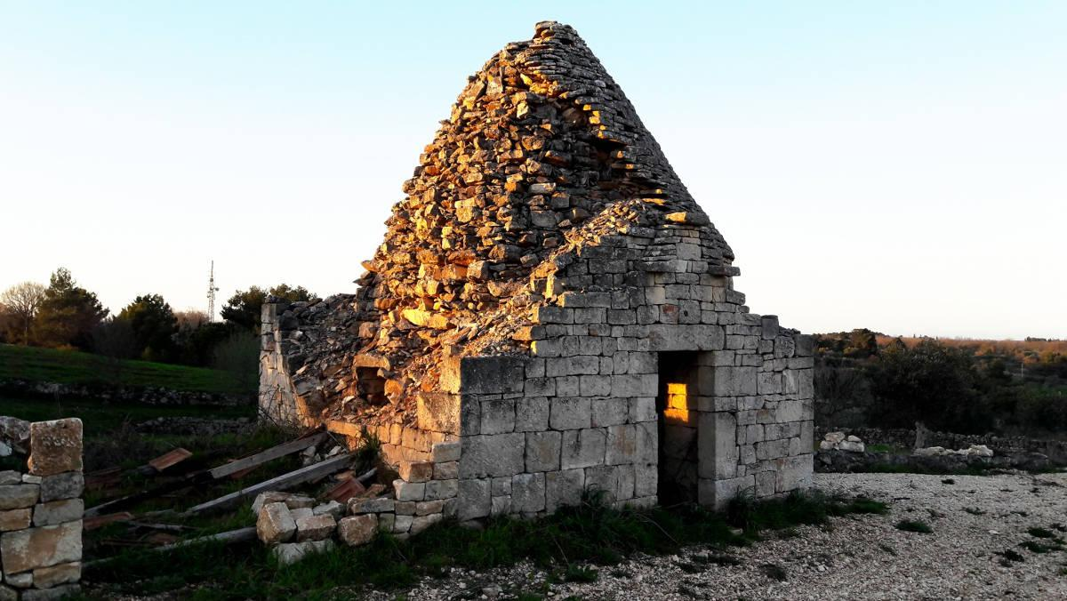 An abondoned trullo, located in the countryside of Alberobello. It is possible to distinguish the various roof elements : candle, filling and external ribs..